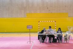 Una mesa electoral en Vitoria realiza el recuento tras una jornada de votaciones.