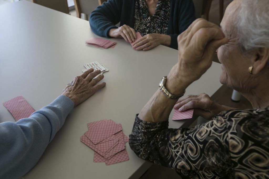 Ancianos en una residencia geriátrica en una imagen de archivo.