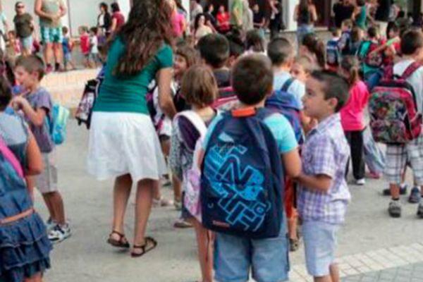 Niños llegando a un colegio.