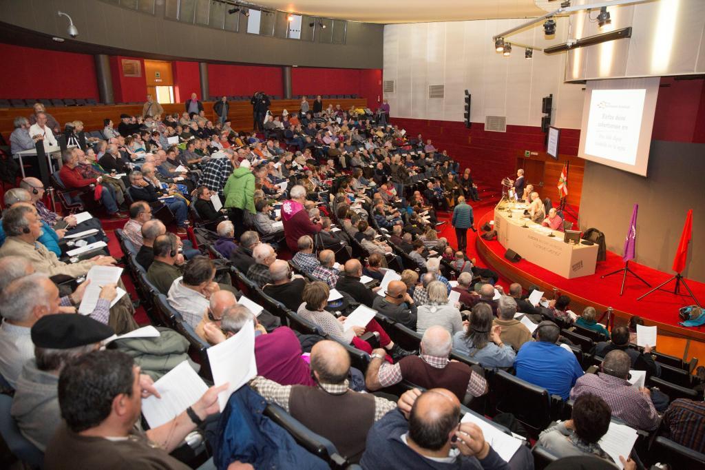 Asamblea de los pensionistas de Euskadi y Navarra celebrada en Vitoria.