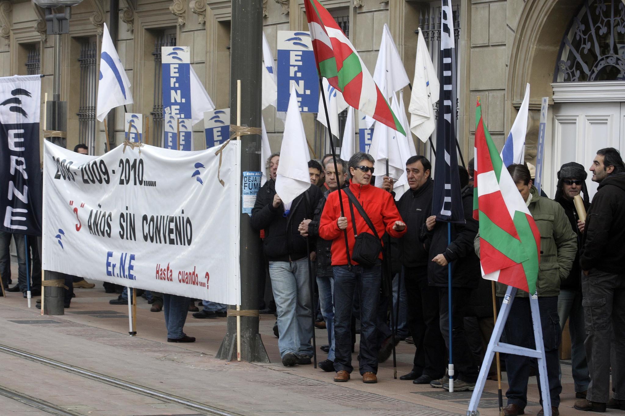 Sindicalistas de la Ertzaintza durante una de las protestas frente al Parlamento Vasco en Vitoria.