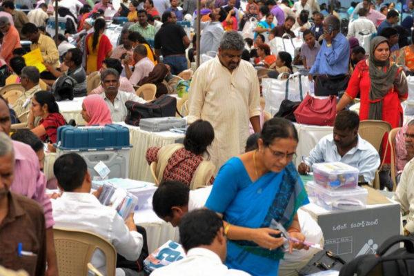 Voluntarios comprueban las urnas y papeletas para el normal desarrollo de las elecciones indias, en Hyderabad.