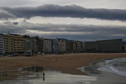 Un hombre por la playa de la Zurriola de San Sebastián