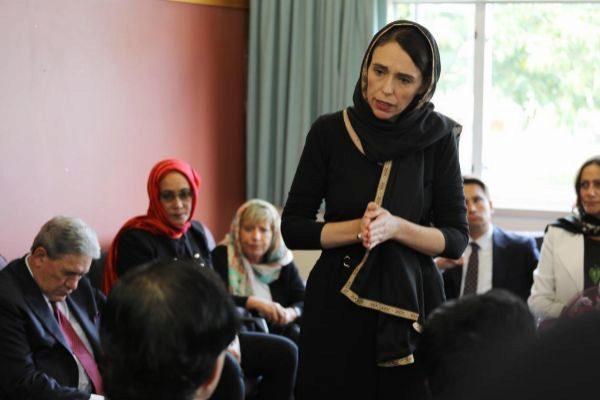 La primera ministra neozelandesa, Jacinda Ardern, se reunió con miembros de la comunidad musulmana tras el tiroteo en dos mezquitas que causó 50 muertos y 50 heridos.