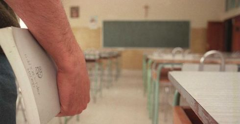 Hombre sujetando un libro en un colegio de Madrid