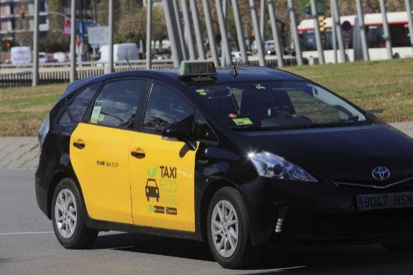 Un taxi circulando esta mañana en la plaza Europa de l'Hospitalet de Llobregat.