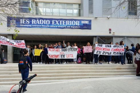 Manifestación en las puertas de IES Radio Exterior.