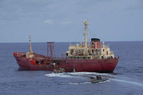 Momento del rescate del buque nigeriano en el golfo de Guinea