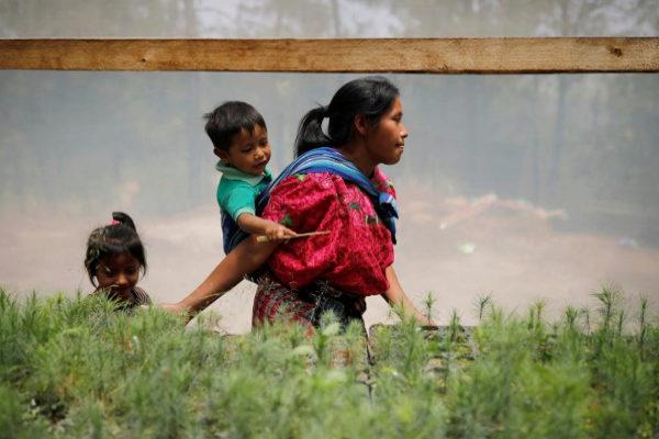 Una mujer con sus dos hijos, en Guatemala.