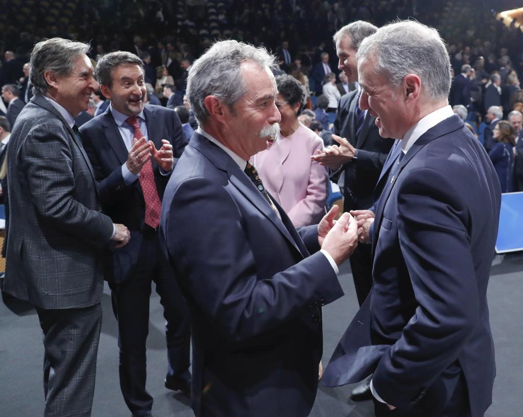 Urkullu conversa con el exdirector de Elkargi, Pío Aguirre.