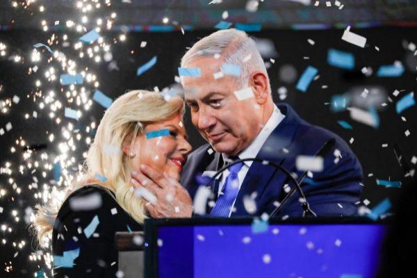 Netanyahu junto a su esposa Sara, en un acto de campaña.