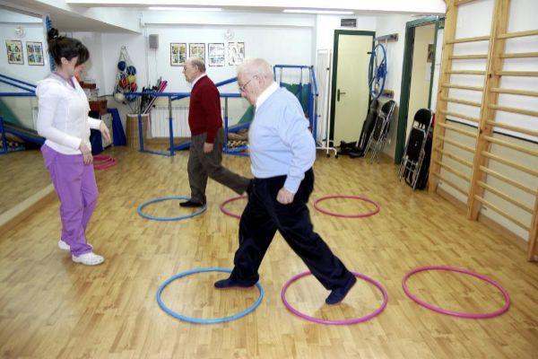 Pacientes de Parkinson en una sesión de fisioterapia.