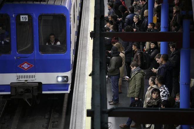 n maquinista conduce un tren en la estación de Príncipe Pío.