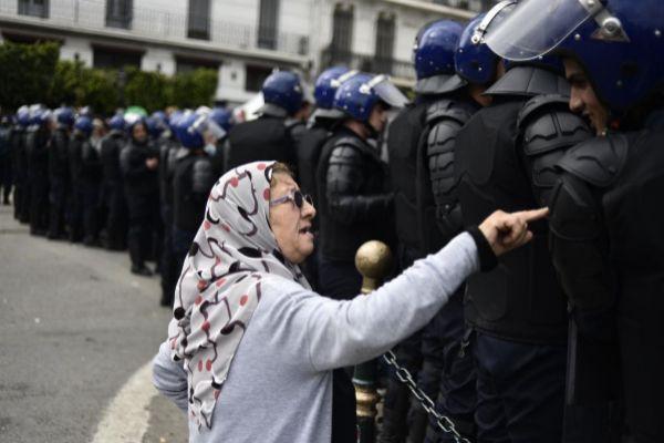 Una mujer habla con un miembro de las fuerzas de seguridad argelinas, durante una protesta este miércoes en Argel.