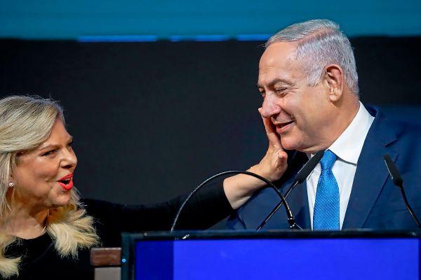 La mujer de Netanyahu, Sarah, le saluda en el cuartel general del Likud.
