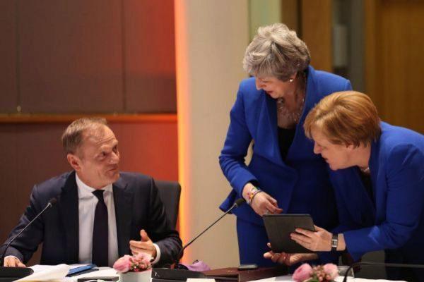 """JW01. <HIT>BRUSELAS</HIT> (BÉLGICA).- La canciller alemana, Angela Merkel (d), la primera ministra británica, Theresa May (2d), y el presidente del Consejo Europeo, Donald Tusk (i), participan en una reunión sobre el """"brexit"""" con líderes europeos celebrada en el Consejo Europeo de <HIT>Bruselas</HIT> (Bélgica), este miércoles. La primera ministra británica, Theresa May, se mostró este miércoles abierta a una prórroga del """"brexit"""" que permita al Reino Unido salir de la Unión Europea tan pronto como el Parlamento británico haya aprobado un acuerdo de retirada.  / **POOL** PROHIBIDO SU USO A MAXPPP"""