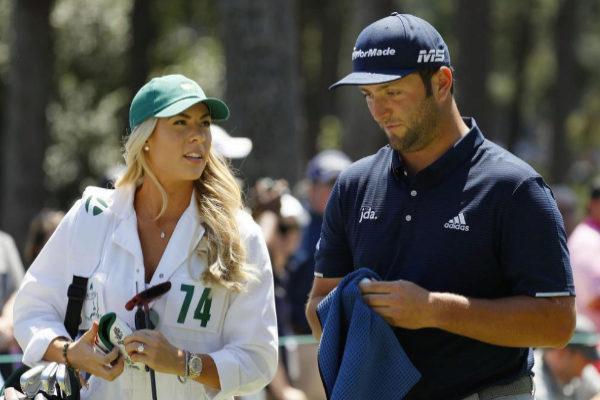 Jon Rahm y su novia Kelley Cahill, durante los entrenamientos en Augusta.