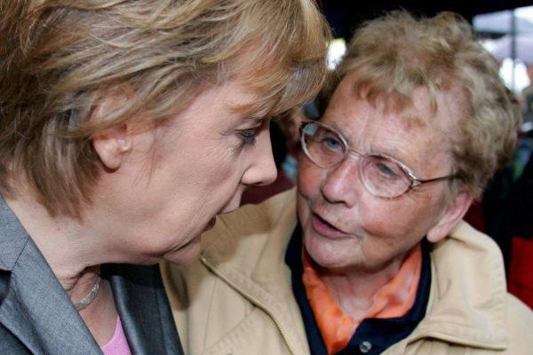 Herlind Kasner con su hija, Angela Merkel, en 2005.