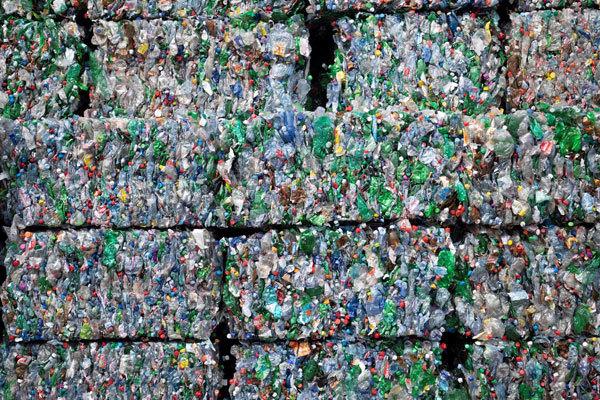 Envases de plástico recogidos en el mar.