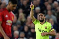EPA1088. MANCHESTER (REINO UNIDO).- <HIT>Luis</HIT> <HIT>Suárez</HIT> (d) del Barcelona celebra luego de anotar un gol durante el partido de ida por los cuartos de final de la Liga de Campeones de la UEFA entre el Manchester United y el FC Barcelona este miércoles, en el estadio Old Trafford de la ciudad de Manchester (Reino Unido).