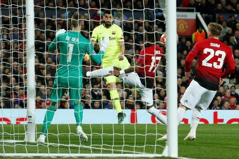 Luis Suárez cabecea el balón que Shaw termina metiendo en su portería.
