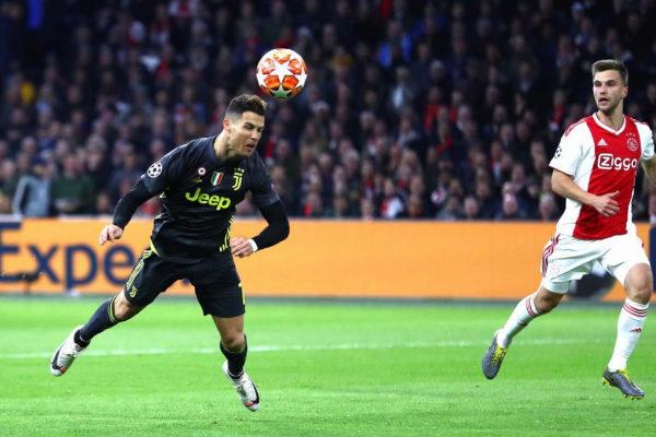 Cristiano cabecea para marcar el primer gol del partido.