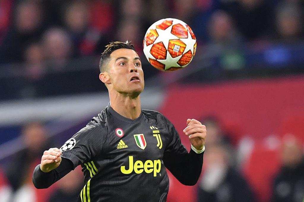 Cristiano Ronaldo controla la pelota, ante el Ajax.