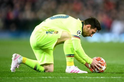 Messi coloca el balón sobre el césped, en Old Trafford.