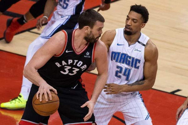 AME4673. TORONTO (CANADÁ), 01/04/2019.- Toronto Raptors center <HIT>Marc</HIT> <HIT>Gasol</HIT> (i) looks to gets past Orlando Magic center Khem Birch, durante su partido de baloncesto de la NBA en Toronto, Canadá, este 1 de abril de 2019.