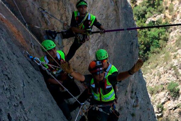 El grupo de rescate de montaña de los Bomberos de Mallorca en plena faena.