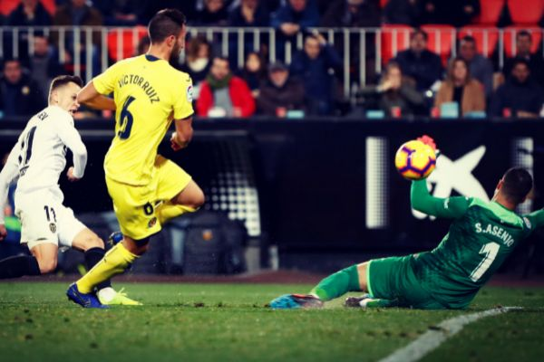 Cheryshev dispara a portería en el último Valencia - Villarreal