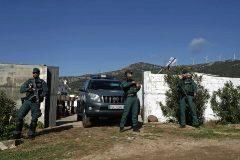 Agentes de la Guardia Civil custodian la entrada de una vivienda en Tarifa registrada durante la redada.