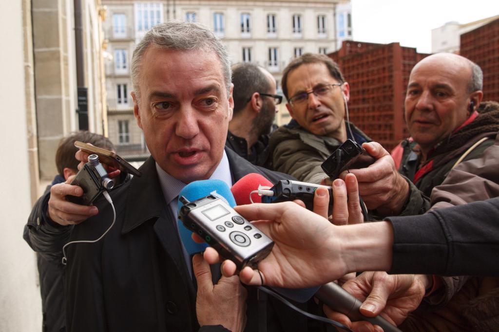 El lehendakari hace declaraciones en el Parlamento Vasco.