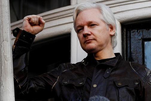 Imagen de archivo del fundador de WikiLeaks Julian Assange en el balcón de la Embajada de Ecuador en mayo de 2017.