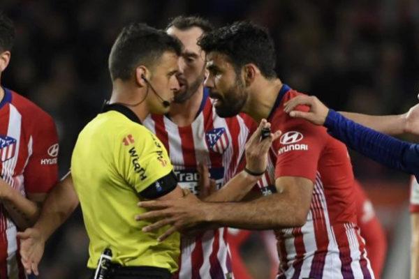 Costa agarra de los brazos a Gil Manzano tras ser expulsado.