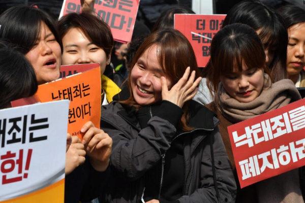 Activistas en defensa del abordo celebran la noticia hoy en Seúl.