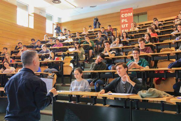 Un profesor, frente a estudiantes en una prueba de acceso a la universidad.