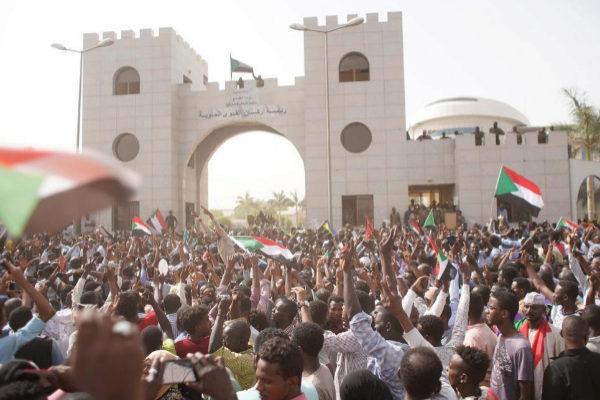 Cientos de personas piden la salida presidente sudanés, Omar al Bashir, a las puertas del cuartel general del Ejército