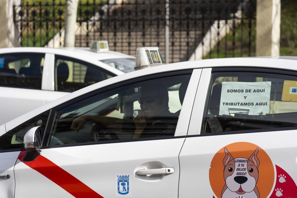 Un taxista en las calles de la capital.
