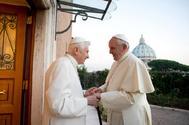 Benedicto XVI en un encuentro con el papa Francisco en 2013 en el Vaticano.