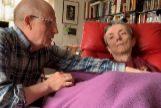 Ángel Hernández ayuda a su esposa, María José Carrasco, en uno de los vídeos que grabó la pareja antes del fallecimiento.
