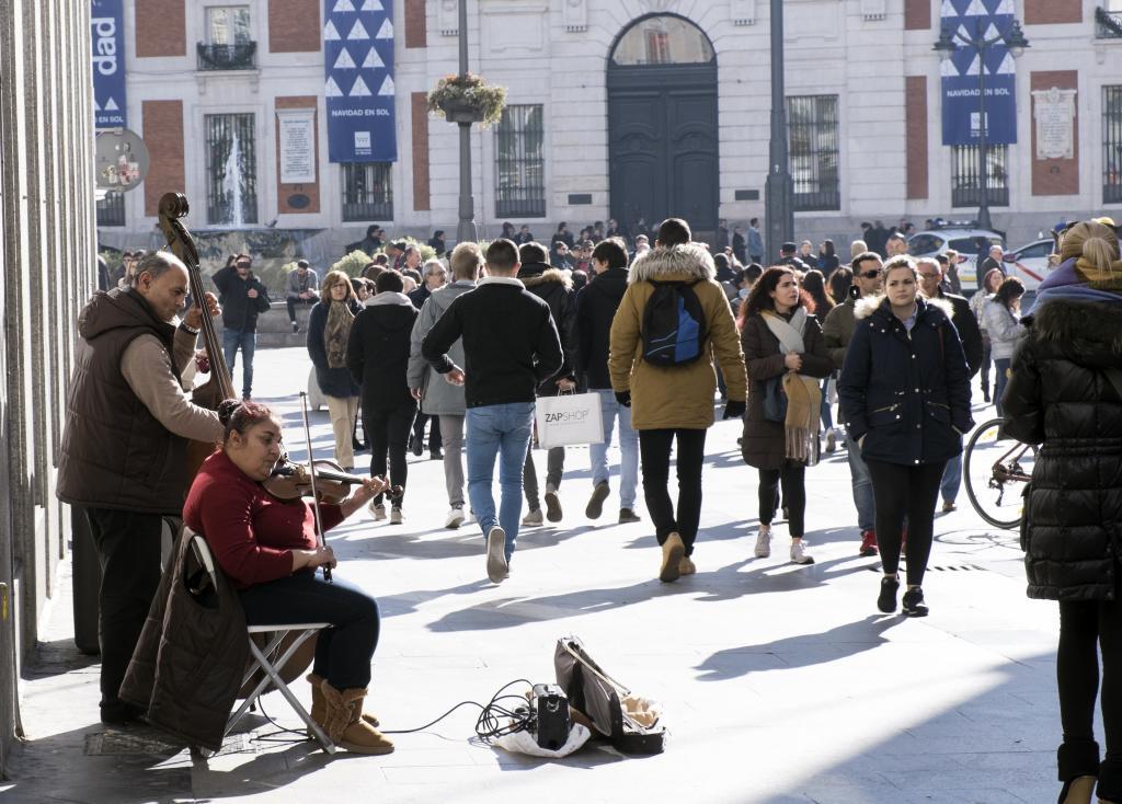 Transeúntes en los aledaños de la Puerta del Sol, en Madrid.