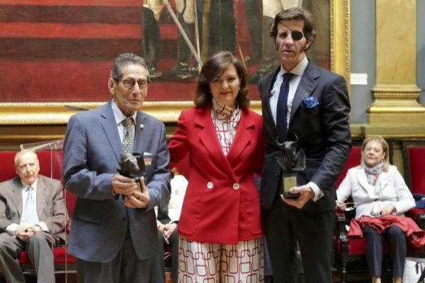 La vicepresidenta del Gobierno, Carmen Calvo, entre los galardonados matadores Andrés Vázquez y Juan José Padilla.