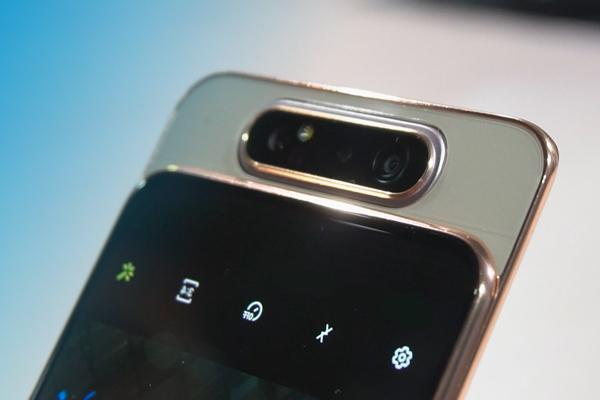 El móvil con la cámara que hace volteretas