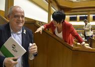 Egibar e Iriarte bromean en el salón de plenos del Parlamento.
