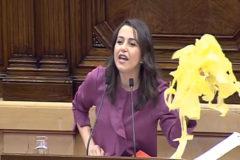 """Arrimadas con decenas de lazos amarillos en el Parlament: """"Apúntame en la lista negra"""""""