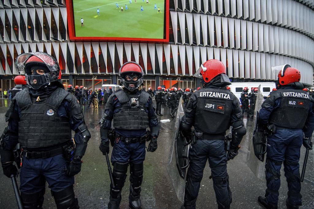 Ertzainas controlan los accesos a SanMamés antes de un partido internacional.