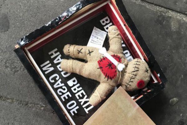 Imagen del muñeco que usa el vudú del Brexit en Londres.