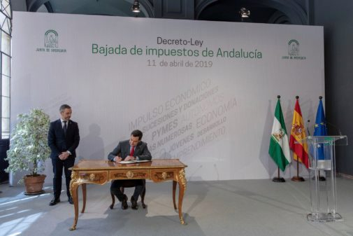 Juanma Moreno firma este jueves en San Telmo el decreto sobre la bajada de impuestos, ante el consejero de Hacienda.