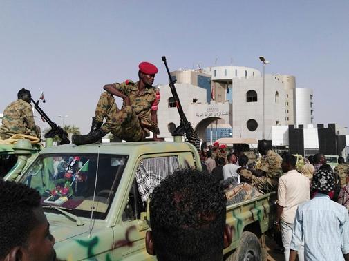 Militares sudaneses vigilan las manifestaciones frente a su cuartel general en Jartum.